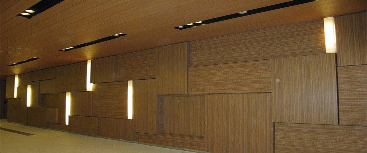 Recouvrement d'un mur donnant l'impression d'un mur de bois