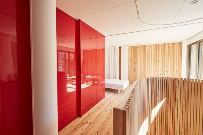 DI-NOC design architectural rouge pour un bel effet lustré