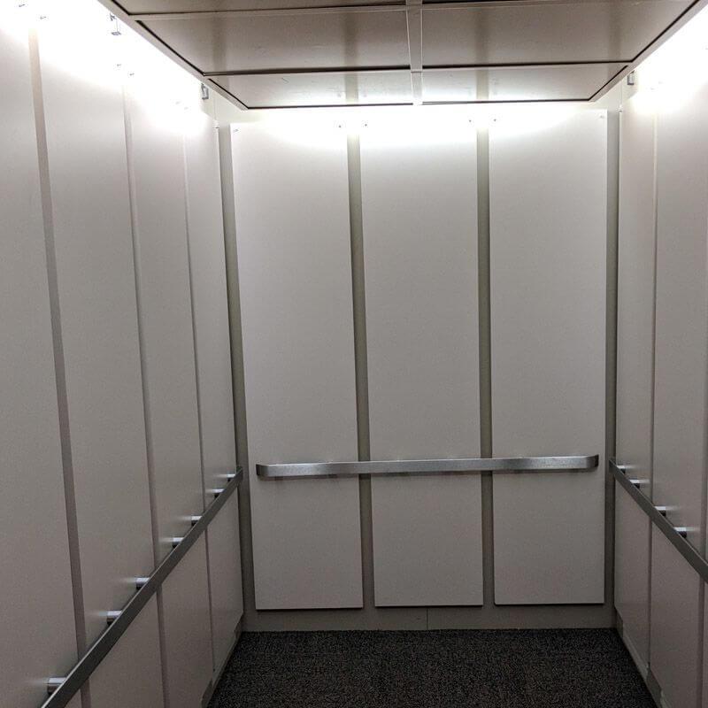 Recouvrement mur d'ascenseur blanc pour un effet plus grand