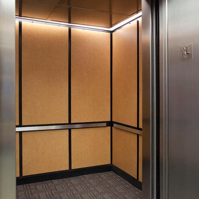 Recouvrement mur d'ascenseur effet bois pour un effet plus tendance